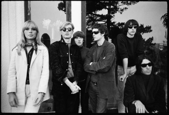 Lou Reed (4. v.l.) als Teil von The Velvet Underground, mit Nico und Andy Warhol (1. u. 2. v.l.)