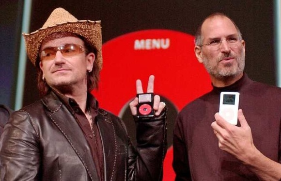 "U2-Frontmann Bono und Steve ""Apple"" Jobs, 2004 (Foto: AP Photo/Paul Sakuma)"